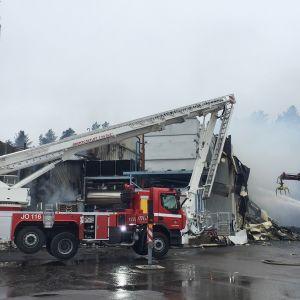Tulipalon sammutustöitä Rantsilan palopaikalla.