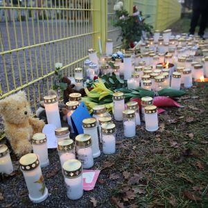 Kynttilöitä Lyseon leikkipuiston portilla.