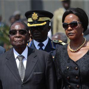 Zimbabwen presidentti Robert Mugabe ja hänen vaimonsa Grace Mugabe synkkinä hautajaisissa elokuussa 2017