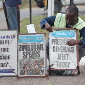 """Zimbabwelaisten lehtien lööppejä sunnuntaina 19.11.2017: """"Zanu PF erottaa Mugaben tänään"""", """"Zimbabwe puhuu"""" ja """"Presidentti tapaa kenraalit tänään""""."""