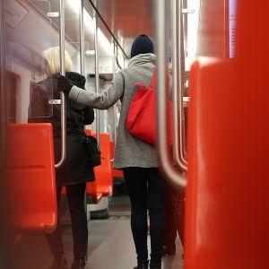 ihmisiä jäämässä pois metrosta