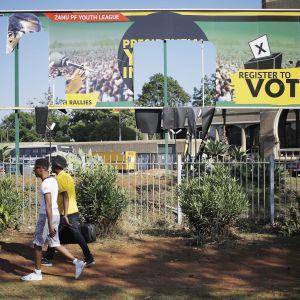Lauantain protestien aikana revitty Zimbabwen hallitsevan puolueen vaalimainos maan pääkaupungissa Hararessa 21.11.2017.