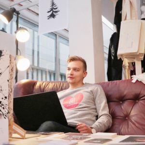 Kure-kaupan omistaja Hannu Laukkanen istuu sohvalla