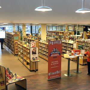 Yleiskuva Hämeenlinnan pääkirjaston kirjahyllyistä