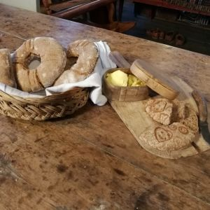 Ruisleipää leipoessa voi leikitellä. Riitta Rantasen leivinuunista putkahti perinteiset ruisleivät Suomi 100-henkeen.