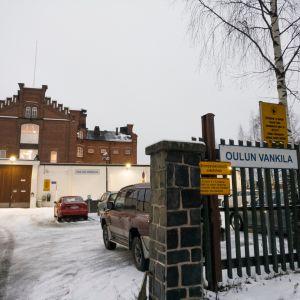 Oulun vankila, muuri ja portti.