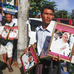 Myanmarilaismies kauppasi paavi Franciscuksen kuvia.
