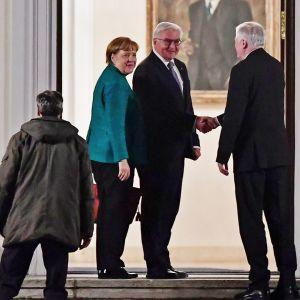 Merkel, Steinmeier ja Seehofer.