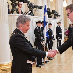 Matti Vanhanen kättelee Sauli Niinistöä.