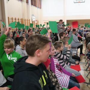 Forssan Tölön koulun liikuntasalissa lapsien lippuäänestys