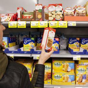 nainen katsoo keksipakettia
