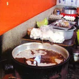 Ruoka-aineita ja kattiloita rähjäisessä keittopisteessä