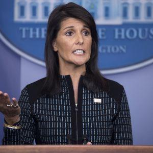 Nikki Haley puhuu. Taustalla näkyy Yhdysvaltain lippu ja Valkoisen talon logo.