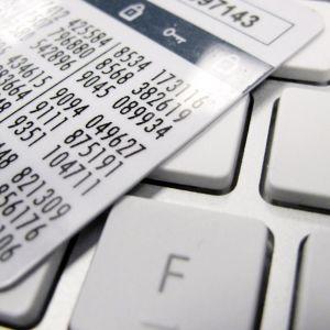 Verkkopankin tunnuslukukortti näppäimistön päällä.