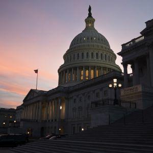 Washingtonin Capitol-kukkula illanhämyssä.