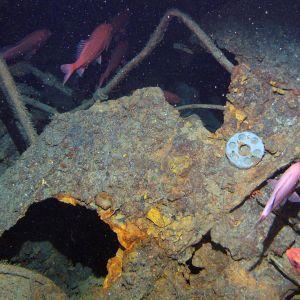 Sukellusveneen hylky kuvattuna merenpohjassa.