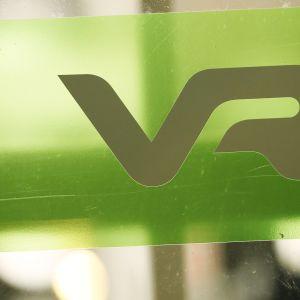 VR:n logo rautatieaseman ovessa.