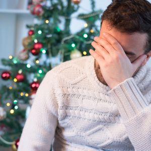 Ahdistunut, stressaantunut mies jouluna alla.