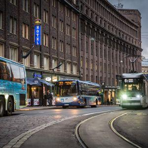 Busseja ja raitiotievaunu liikenteessä.