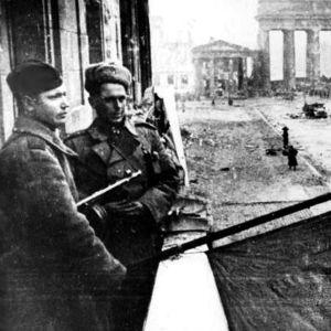 Sovjetiska soldater vid Brandenburger Tor strax efter erövringen av Berlin.