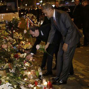 Yhdysvaltain presidentti Barack Obama ja Ranskan presidentti François Hollande laskevat kukat Bataclanin iskun uhrien muistomerkille Pariisissa myöhään sunnuntaina.