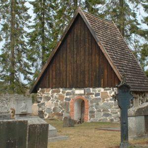 Kalvolan hautausmaan kivisakasti kertoo entisten puukirkkojen paikan