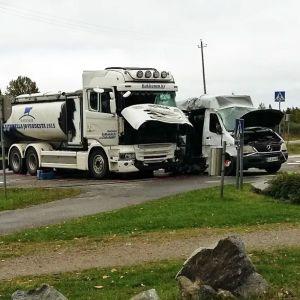 Mjölkbil krockade med skolbil i Suonenjoki.