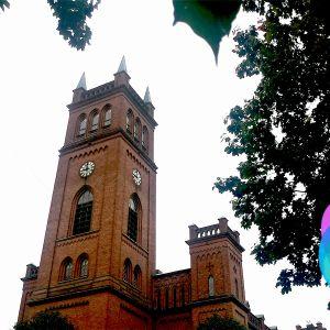 Trefaldighetskyrkan i Vasa. I bildens högra nedre kant Yle Nyhetsskolans logo.