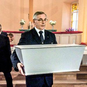 Dokumentti Pitkä taival kotiin seuraa sankarivainajan matkaa Karjalan kannakselta kotimaan multiin.