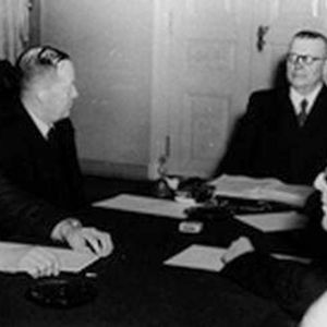 Hallitus päättämässä YYA-neuvotteluista 1948.