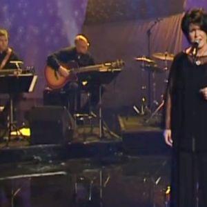 Iskelmälaulaja Lea Laven esiintymässä