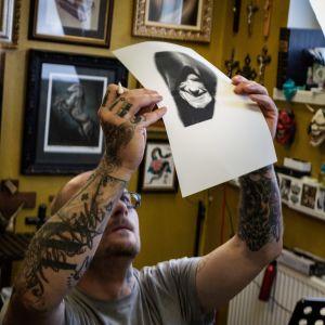 Tony Raita tekee tatuointeja liikkeessään Lahdessa 13.9.2018.
