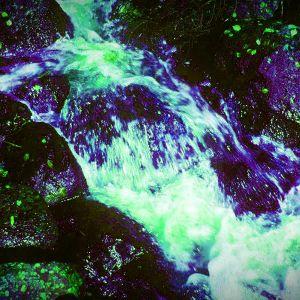 Virtaava vesi, käsitelty kuva