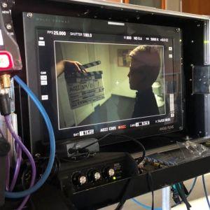 tv-serie utrustning, skärm, kablar, studiomiljö
