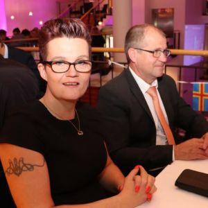 AF:s partistyrelseordförande Pia Eriksson sitter med händerna knäppta.