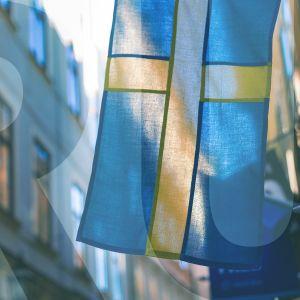 """ruotsin lippu kujalla ja päällä teksti """"RU"""""""