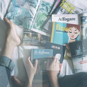 jalat ja kädet lukemassa lehtiä