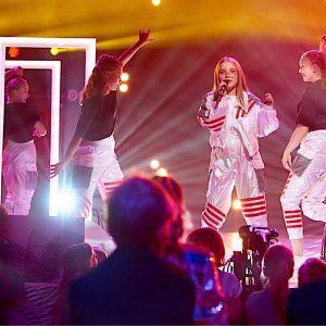 Milla uppträder med MGP-dansare i finalen 2019.