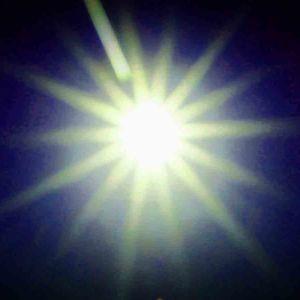 Aurinko, loiste tummalla pohjalla