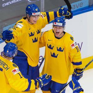 Svenska spelare firar ett mål i segermatchen mot Tjeckien.