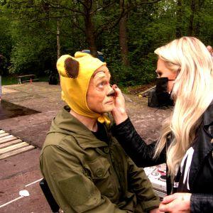 Juha Uutela maskeerattavana Upponalle-näytelmää varten.