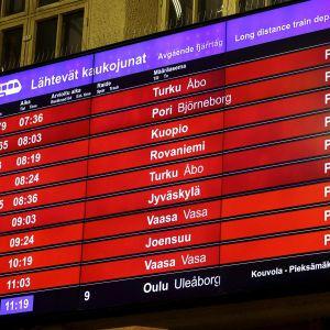 Lähtevien kaukojunien aamun perutut vuorot näkyvät näytöllä Helsingin Rautatieasemalla varhain perjantaiaamuna 21. toukokuuta.