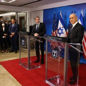 Kuvassa etualalla Israelin pääministeri Benjamin Netanjahu ja taaempana Yhdysvaltain ulkoministeri Anthony Blinken.