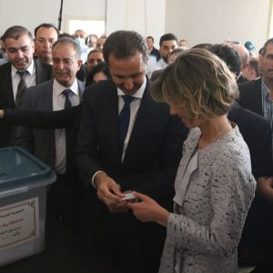 Assadit äänestämässa presidentinvaaleissa Damaskoksessa