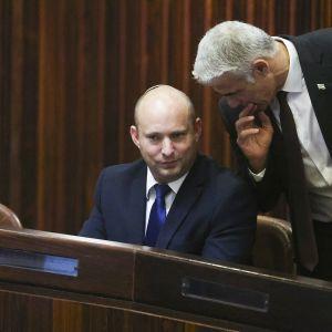 Naftali Bennett keskustelee Yair Lapid kanssa.
