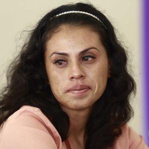Sara Rogel tiedotustilaisuudessa vapauduttuaan