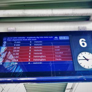 Kello 10.45 Tikkurilasta ei päässyt lainkaan Helsingin suuntaan matkustaviin juniin.