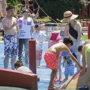 Ihmisiä vesipuistossa