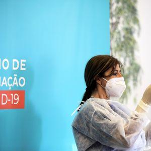 Sairaanhoitaja valmistelee rokotusta Envendosissa Portugalissa.