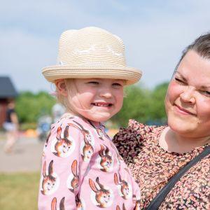 Äiti Tiina Teinilä-Pitkänen ja lapsi Alina Pitkänen.